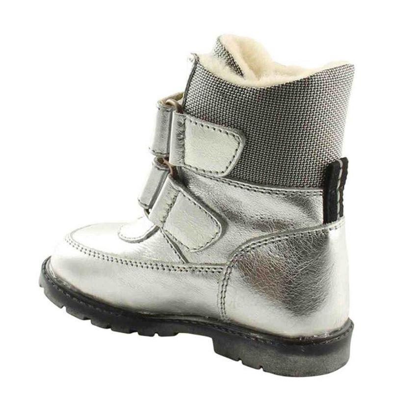 c5a76adf4c1 Klassiske velcro-støvler i sølvfarvet skind fra Rap. Støvlerne har dejligt  varmt uldfoer samt RAP-Tex membran, der gør den vandtæt. Derudover har den  ekstra ...
