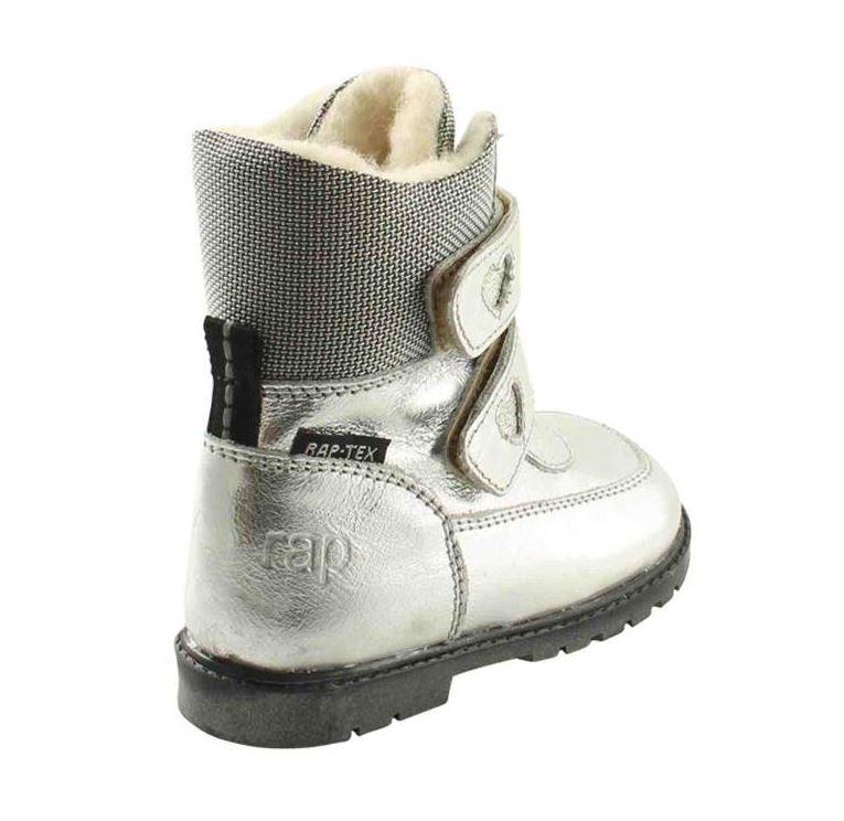 19f1f2a33e6 Klassiske velcro-støvler i sølvfarvet skind fra Rap. Støvlerne har dejligt  varmt uldfoer samt RAP-Tex membran, der gør den vandtæt. Derudover har den  ekstra ...