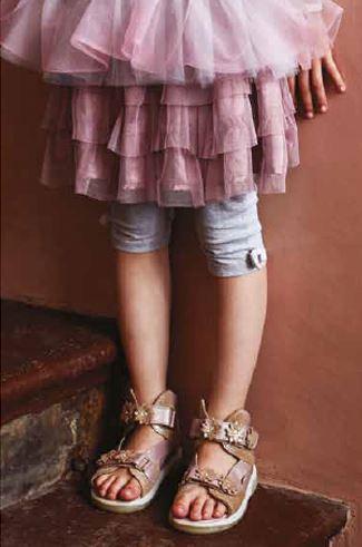 d8b073989c85 Disse sandaler har en ekstra højde på skaftet for god støtte samt  forstærket hælkappe